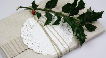 geschenk-verpacken-mit-tortenspitze